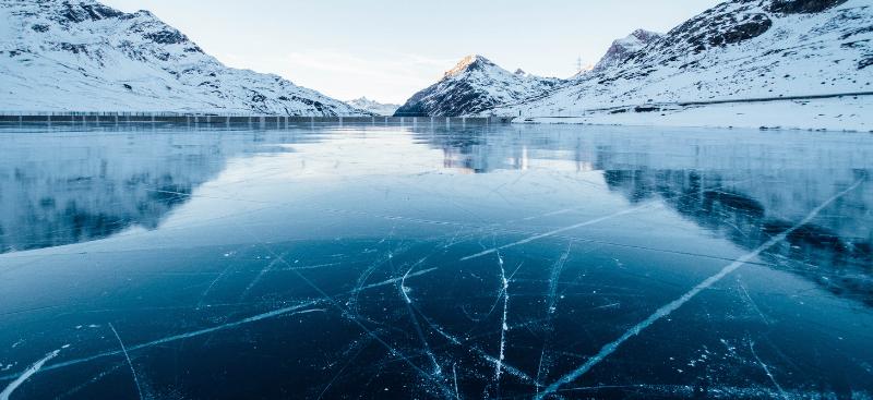 Los niños patinando en el hielo
